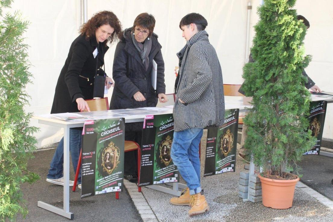 Sylvie MERCADAL et Maryse DELALEU aident une spectatrice